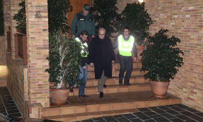 Josep Prat abandona su domicilio acompañado de agentes de la Guardia Civil tras ser detenido.