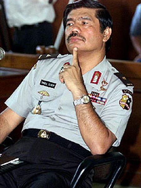 Timbul Silaen escucha a los jueces durante su juicio en Yakarta.