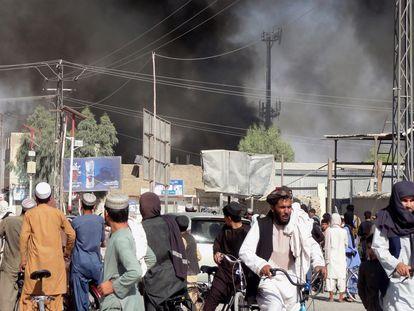 Una columna de humo se eleva tras los combates entre los talibanes y el personal de seguridad afgano en la ciudad de Kandahar, al suroeste de Kabul, el 12 de agosto.