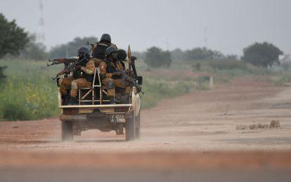 Fuerzas de seguridad de Burkina Faso patrullan en Uagadugú, capital del país, en septiembre de 2015.