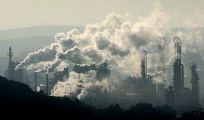 Emisión de gases industriales en la bahía de Algeciras en 2006.