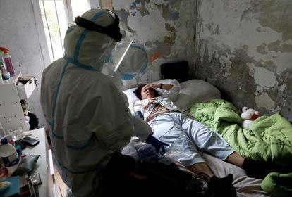 La médica Marta Calvo atiende a la paciente Mónica Rosario, en su domicilio de Madrid.