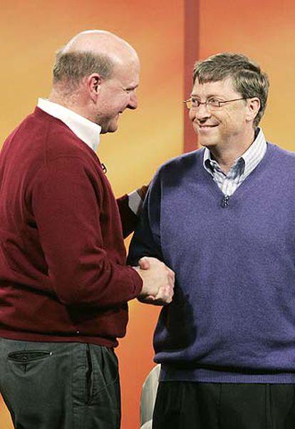 Bill Gates (derecha), con el actual consejero delegado de Microsoft, Steve Ballmer, durante la rueda de prensa en la que el primero ha anunciado que abandonará su actual cargo en julio de 2008.