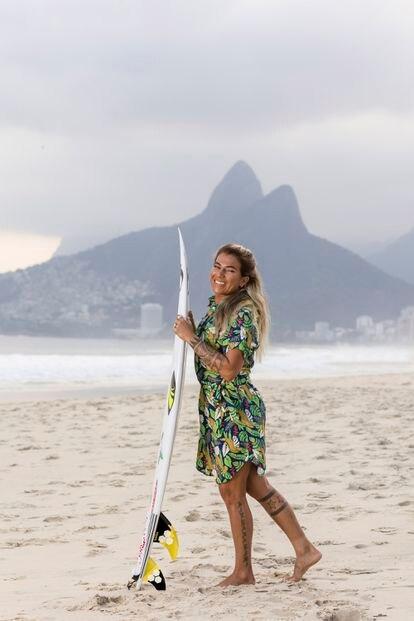 La surfista olímpica del equipo nacional de Brasil, Silvana Lima, fotografiada en Posto 8 de la playa de Ipanema, Río de Janeiro (Brasil), con la equipación de su país para la ceremonia inaugural de los JJOO.