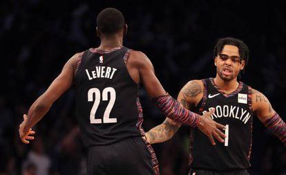 Dos jugadores de Brooklyn Nets en un partido de la NBA.