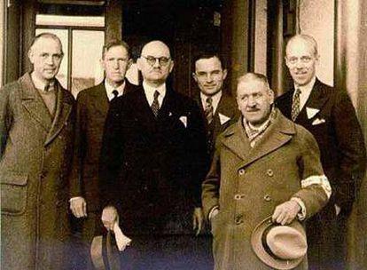 John Rabe (tercero por la izquierda) posa en Nanking en 1938 en compañía de un grupo de occidentales.