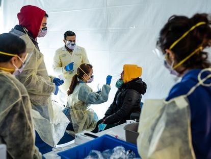 Personal sanitario atiende a una mujer en un hospital improvisado en el Bronx, Estados Unidos.