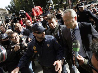 El presidente de la Generalitat Valenciana, Alberto Fabra, es increpado por extrabajadores de RTVV en diciembre de 2013.