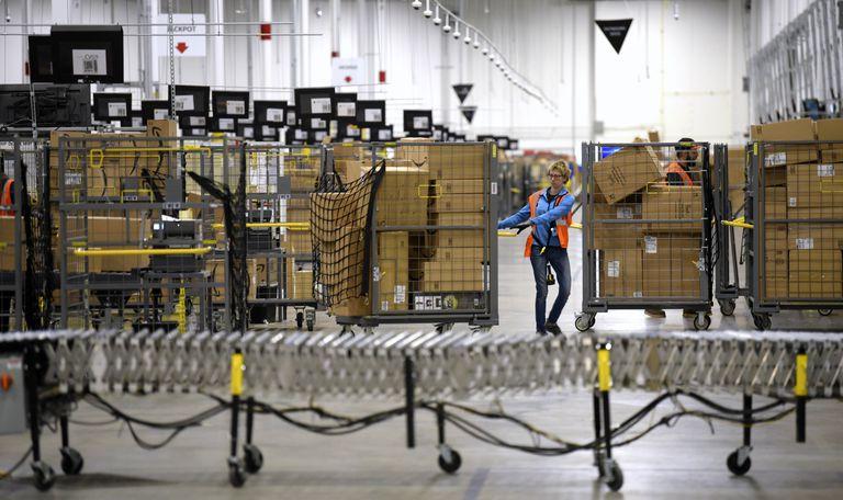 Una trabajadora de Amazon en las oficinas de Livonia, en el Estado de Michigan (EE UU).