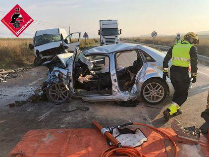 Estado en el que han quedado los dos vehículos accidentados en El Pinós.