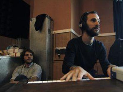 A la izquierda, Sebastián Muller, uno de los creadores. Al piano, Kutiman.