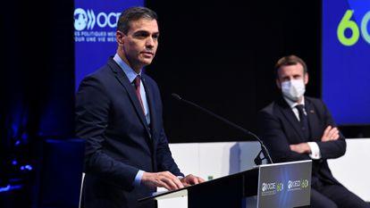 El presidente del Gobierno, Pedro Sánchez, interviene en presencia del presidente francés, Emmanuel Macron, durante el sesenta aniversario de la OCDE, el pasado lunes en París.