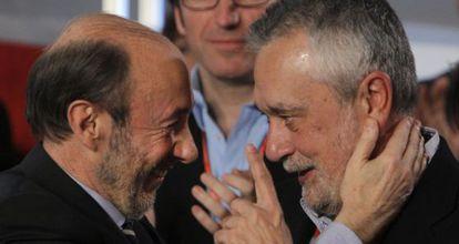 Alfredo Pérez Rubalcaba, saluda al nuevo presidente federal, José Antonio Griñán.