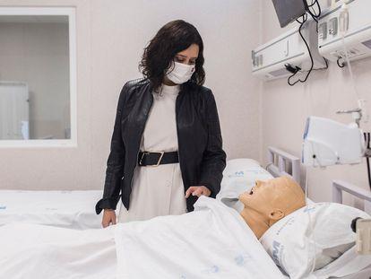 La presidenta de la Comunidad de Madrid, Isabel Díaz Ayuso, observa un maniquí que simula a un paciente durante su visita al Complejo Hospitalario 12 de Octubre,el pasado martes.