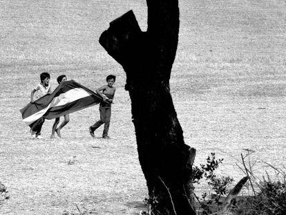 Niños, jugando con una bandera andaluza tras una manifestación de jornaleros en El Coronil (Sevilla) en 1983.