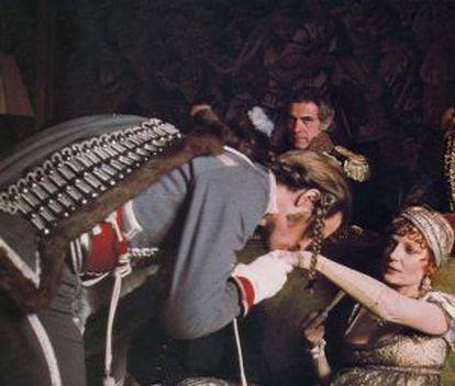 Un fotograma de 'Los duelistas' que evoca el ambiente de seducción de la época napoleónica.
