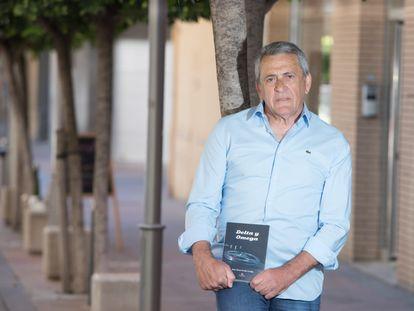 El inspector Óscar Fraile, con el libro 'Delta y Omega' en una imagen de Javier Roda cedida por el autor.
