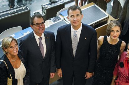 Felipe VI, preside la entrega de premios de la Fundacion Principes de Girona, en el marco del Forum Impulsa 2014. En la imagen, junto al presidente de la Generalitat Artur Mas.