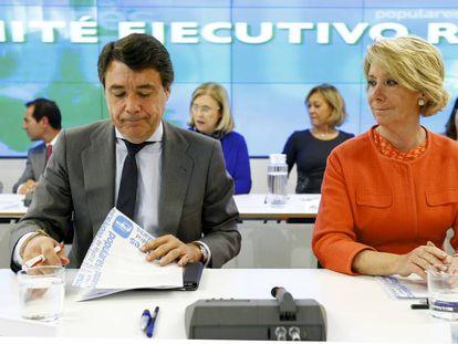 Ignacio González y Esperanza Aguirre, en 2004, en una reunión del comité ejecutivo regional de PP de Madrid.