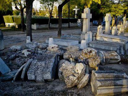 Restos de una de las tumbas del cementerio de la Almudena