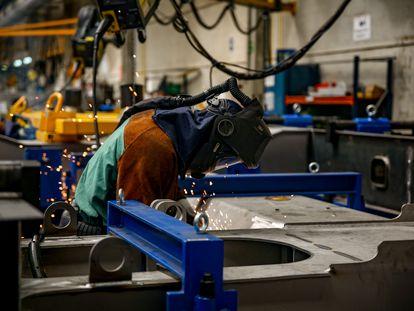 Un soldador trabaja en la factoría de la empresa ferroviaria Talgo en Las Rozas (Madrid).