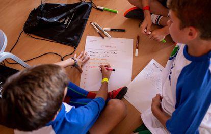 Niños de uno de los centros visitados por Futura Afición escriben un decálogo contra la violencia en el fútbol.