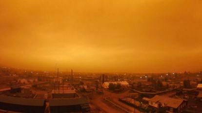 Humo generado por los incendios forestales en la ciudad de Kysyl-Syr, en Yakutia (Siberia), a principios de agosto.