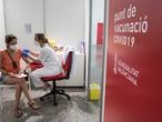 VALENCIA, 28/07/2021 Los jovenes recibe su primera dosis de la vacuna, este miércoles, en la Ciudad de las Artes y las Ciencias de Valencia, día en el que la Conselleria de Sanidad inicia la vacunación masiva contra la Covid- 19 a jóvenes de 20 a 29 años en Valencia.FOTO, MÒNICA TORRES EL PAÍS
