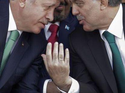 Erdogan, a la izquierda, y Gül, en octubre de 2013 en Estambul.