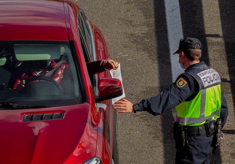 Agentes de la Policía en un control instalado a la entrada a la capital asturiana por la autopista A-66.