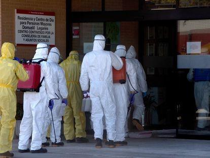 La UME en labores de desinfección en un residencia en Leganés (Madrid), el pasado 3 de abril.