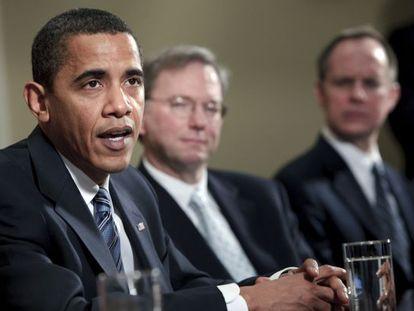 El presidente Obama defendiendo la economía estadounidense, en 2009, bajo la atenta mirada del presidente de Google, Eric Schmidt