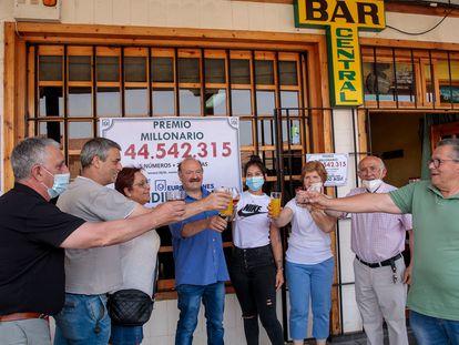 Una peña de amigos celebra en Mayorga, en el bar La Central, que les ha tocado 144 millones de euros en los Euromillones.