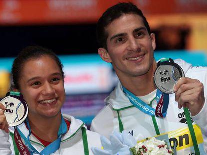 Viviana Del Ángel y Rommel Pacheco muestran su medalla