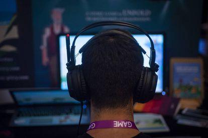 Un asistente al congreso Gamelab prueba un videojuego.