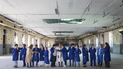 Un grupo de operarias que trabajaron en la antigua Fábrica de Tabacos, en uno de los espacios sin uso del edificio.