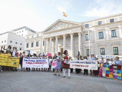 Una protesta de empleadas de hogar delante del Congreso de los Diputados