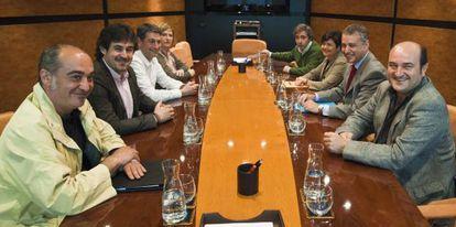 Delegaciones del PNV (derecha) y Bildu, durante una reunión que mantuvieron en Sabin Etxea en mayo de 2011.