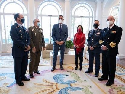 Los cuatro miembros de la cúpula militar, con el presidente del Gobierno y la ministra de Defensa el pasado día 13 en La Moncloa.