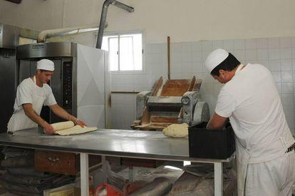 Trabajadores panaderos con las manos en la masa.