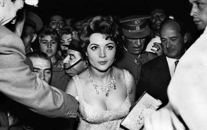 Sara Montiel y Anthony Mann (a la derecha) fotografiados en un estreno en Madrid en la década de los cincuenta.