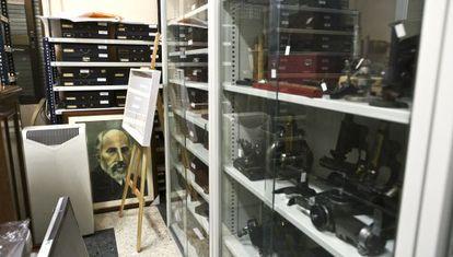 Utensilios de trabajo de Cajal en la sala de reuniones del Instituto Cajal.