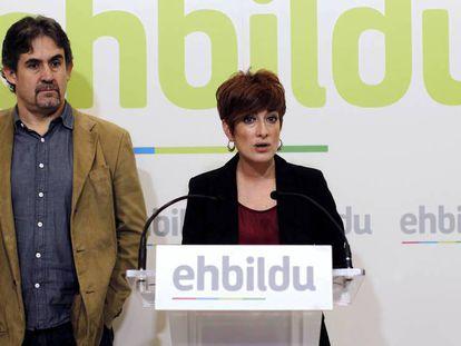 Bakartxo Ruiz, portavoz de EH Bildu en el Parlamento de Navarra, y Peio Urizar, en una imagen de archivo. En vídeo, declaraciones de Adolfo Araiz tras el recuento de votos de la consulta.