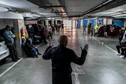 Un grupo de vecinos se reunía el pasado domingo 11 en un aparcamiento subterráneo, en Navalcarnero.