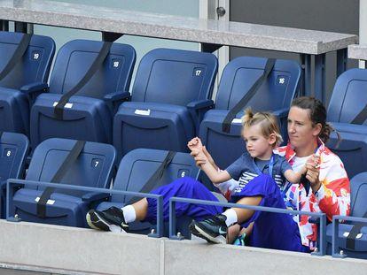Azarenka observa un partido en las gradas de Nueva York junto a su hijo. / DANIELLE PARHIZKARAN