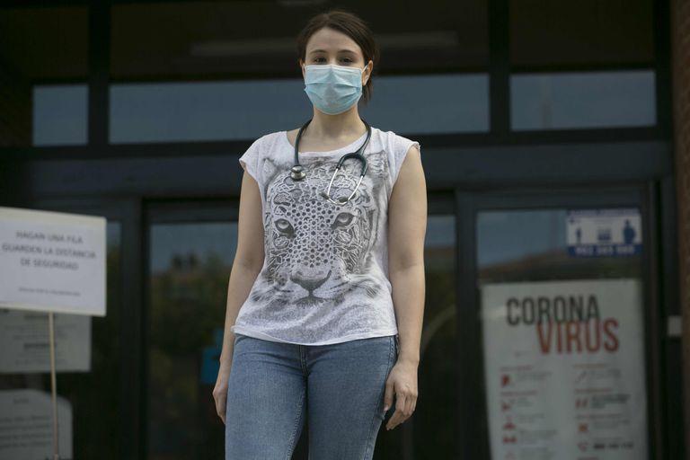 Irene Saiz a las puertas del Centro de Salud Colmenar Viejo Norte.