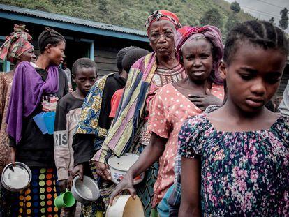 Ciudadanos de Goma desplazados en Sake por la actividad del volcán Nyiragongo reciben ayuda de la organización ciudadana Lucha este viernes.