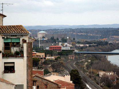 El pueblo de Ascó (Tarragona), con la planta nuclear al fondo.