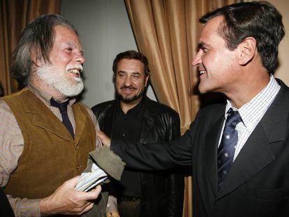 El entonces ministro de Justicia Juan Fernando López Aguilar saluda a Juan Alberto Arteche (izda), del grupo Nuestro Pequeño Mundo.