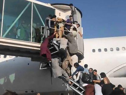 Afganos intentaban acceder a un avión en el aeropuerto de Kabul, este lunes.